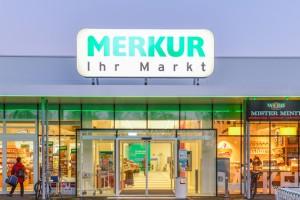 """Amstetten. - Der neu renovierte MERKUR Markt in der Josef Seidl Straße 11 in 3300 Amstetten präsentiert sich seit heute großzügig, mit umfassendem Frische-Sortiment und mit einem Service, der die hohen Qualitätsansprüche von MERKUR wieder einmal bestätigt: Fleischliebhaber finden hier Edelteile von bestem österreichischem Kalbinnen- und Schweinefleisch der neuen MERKUR Premiummarke """"DAS BESTE VOM BESTEN"""". Fangfrischer Fisch aus Österreich in Bedienung und eine hauseigene Konditorei erwarten die KundInnen. Der rund 2.200 m² große Markt bietet aber nicht nur eine umfangreiche Produktvielfalt, sondern mit dem besonderen Marktplatzkonzept auch ein komfortables Einkaufserlebnis."""